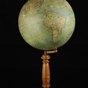 Antiikne gloobus kompassiga