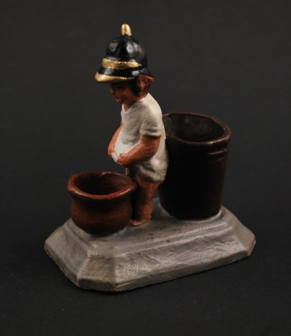 20 sajandi Vene keraamiline figuur - poiss tuletõrjuja mütsiga