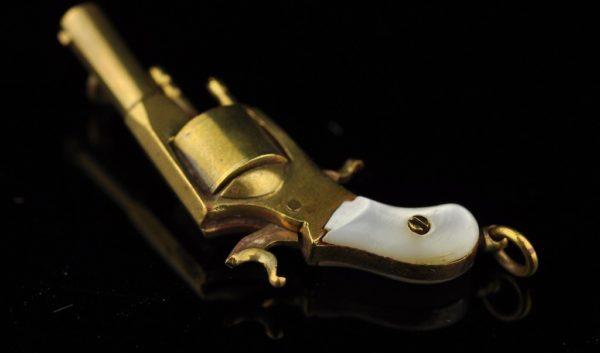 Antiikne ripats - Püstol, pronks, pärlmutter