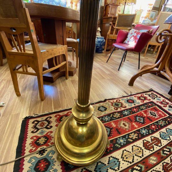 Antiikne põrandalamp, kiviplaadiga