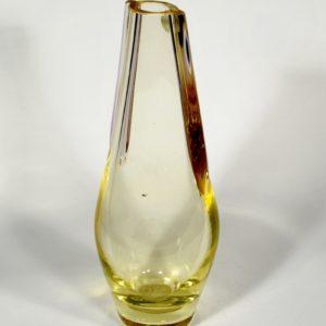 Kollasest klaasist vaas