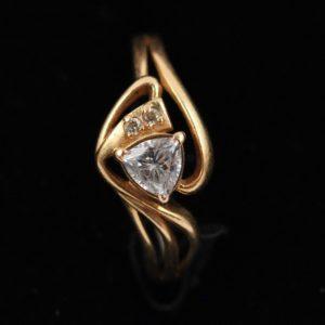 Kullast sõrmus 585 prooviga - tsirkooniga
