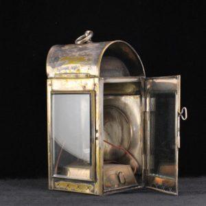 Metallist raamiga vanaaegne õlilamp