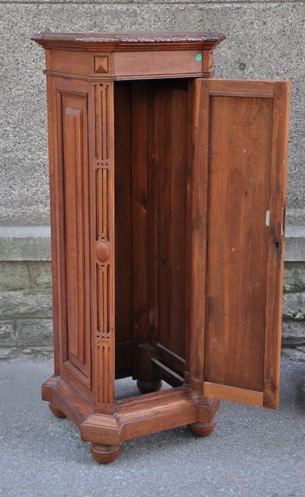 Vanaaegne kapp-postament