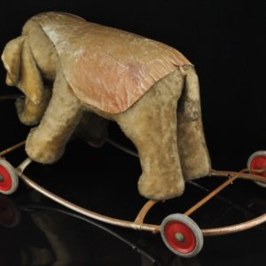 Vanaaegne laste ratastega elevant