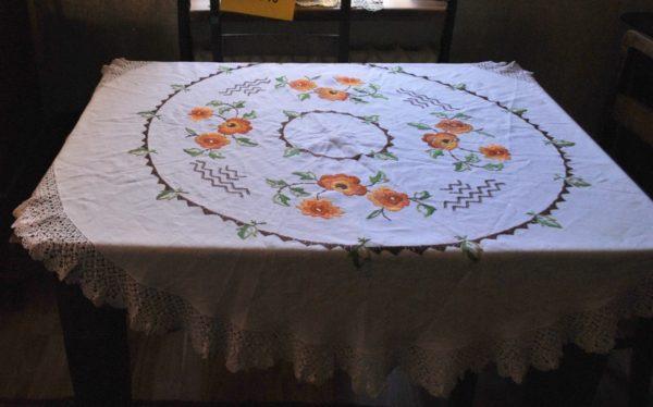 Vanaaegne tikitud ümmargune laudlina