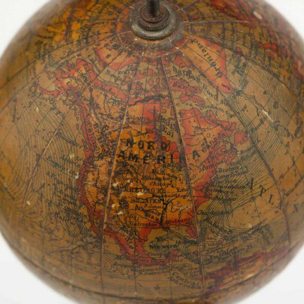 Antiikne väike gloobus kompassiga