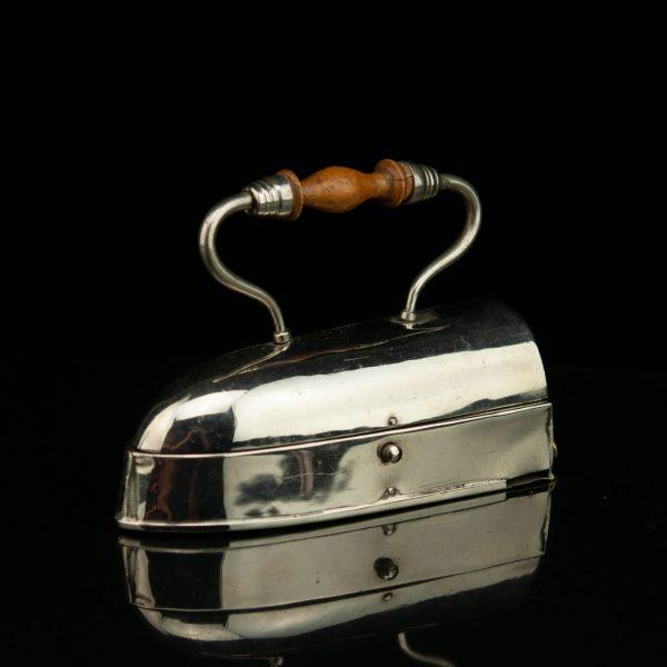 """Antiik õmblustarvikute hoiukarp """"Triikraud"""""""