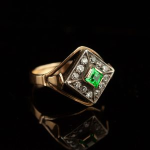 Gold ring witd emerald and diamonds