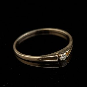 Antique gold ring with diamond