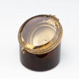 Antiikne uuri karp - klaas, metall