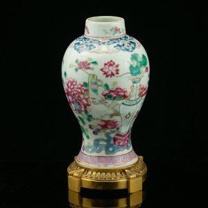 Antiikne portselanist Hiina vaas, pronks jalal