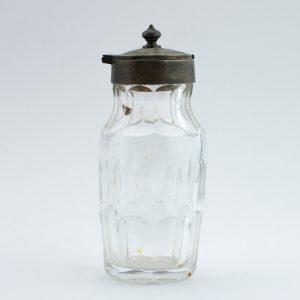 Sinepi-või mädarõika tops, klaas hõbe kaanega