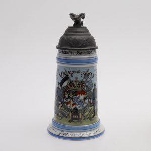 Antiikne militaarteemaline õllekapp Kotkaga