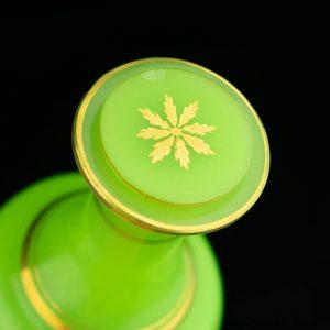 Tsaari-Vene karahvin, roheline läbipaistmatu klaas