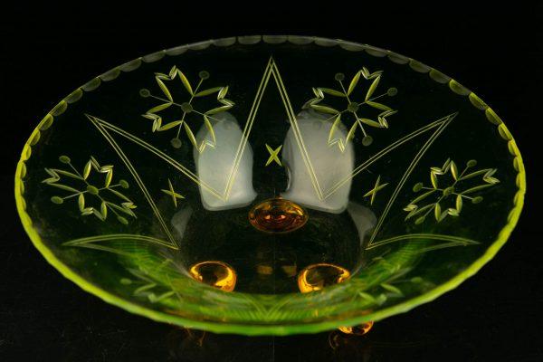 Kollasest klaasist kauss tigujalgadega Läti 1940a