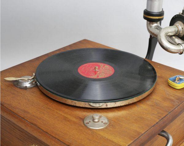 Antiikne toruga grammofon Masters Voice